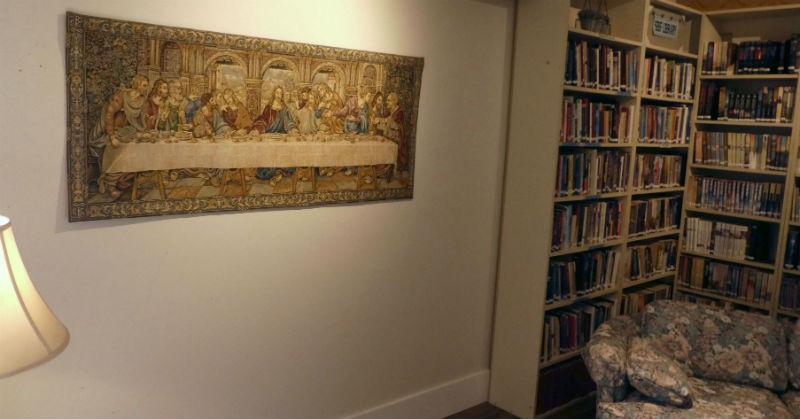 Leonardo da Vinci Last Supper tapestry hanging in a church